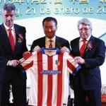 wang-jianlin-posa-junto-presidente-del-atletico-madrid-enrique-cerezo-consejero-delegado-del-club-rojiblanco-miguel-angel-gil-1421828121672